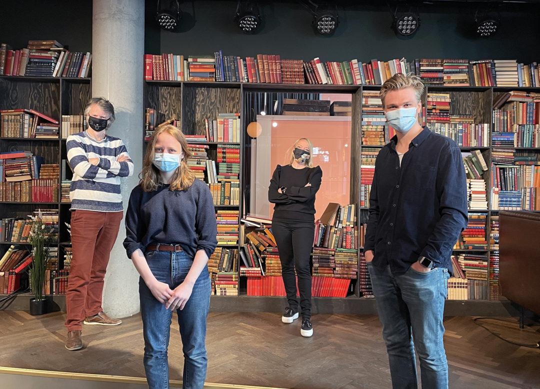 Erling Fossen, Agnes Nærland Viljugrein,Maren Bjerkeng og Nicolai Øyen Langfeldt står foran en bokhylle og ser mot kamera. Samtlige har på seg munnbind.