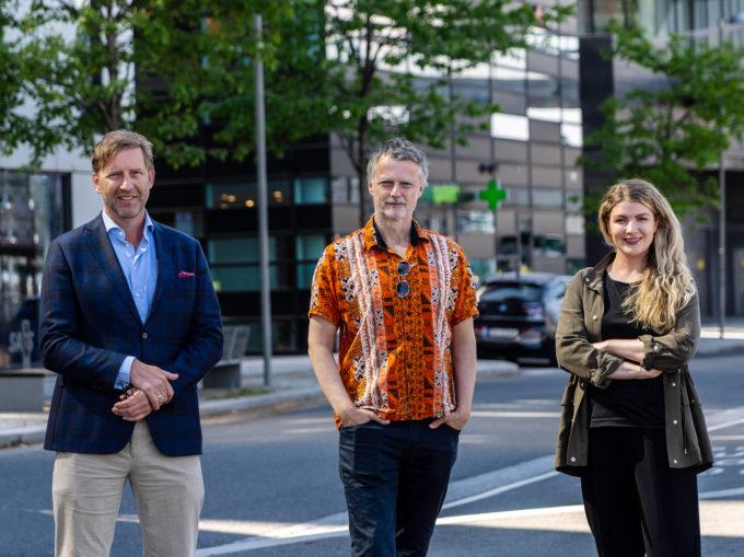 Mathis Grimstad, Erling Fossen og Silje Kristiansen står i et urbant miljø og ser rett mot kamera