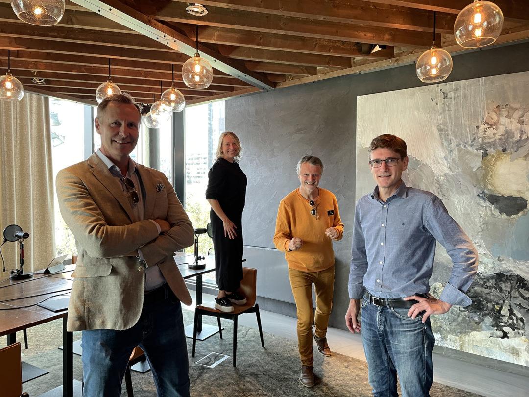Nicolai Riise, Maren Bjerkeng, Erling Fossen og Audun Garberg står i et rom og smiler til kamera. Maren og Erling tuller i bakgrunnen.